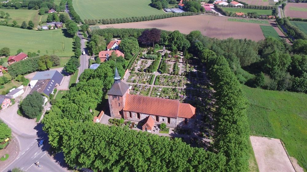 Luftbild mit Blick auf die St. Marienkirche Grundhof